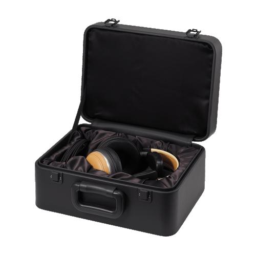 ATH-L5000 攜行箱內部挖好孔位,舖上絲絨布材質,將ATH-L5000耳機牢牢的包覆起來